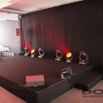 Eine Bühne mit Effektscheinwerfern.