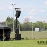 Ein Lautsprecherlift neben einem Fußballplatz.