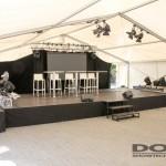 Eine Bühne mit Möbeln und Lautsprechern.