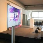 Die Bühne mit zwei Flatscreens.